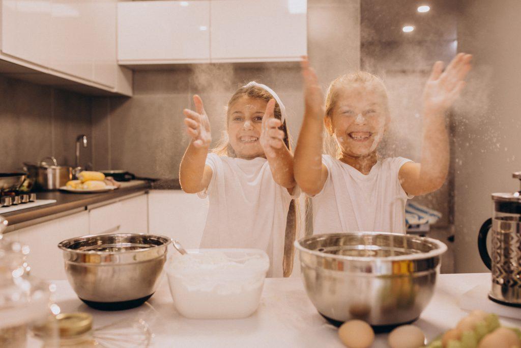 dos hermanas cocinando en la cocina