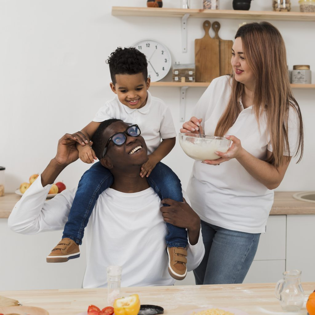 padres cocinando con su hijo