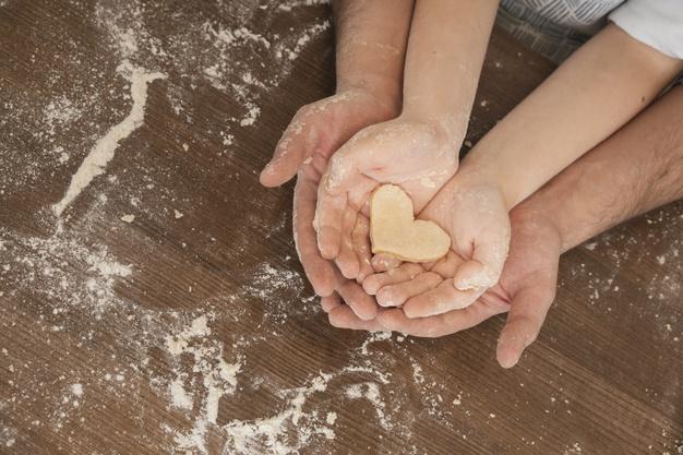 masa forma corazon manos padre e hijo