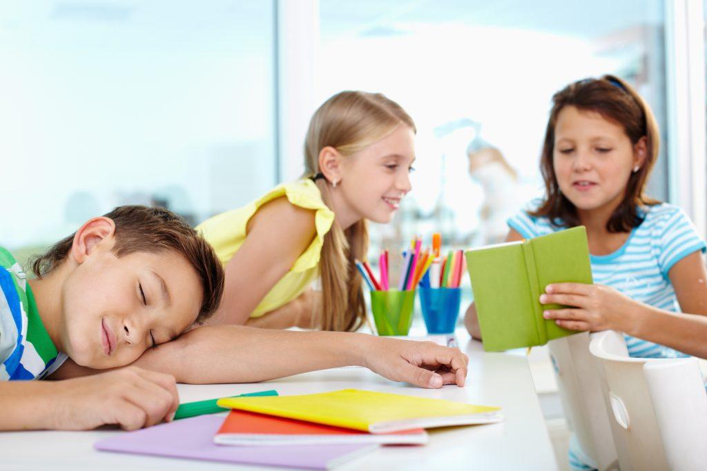 niño durmiendo en la escuela