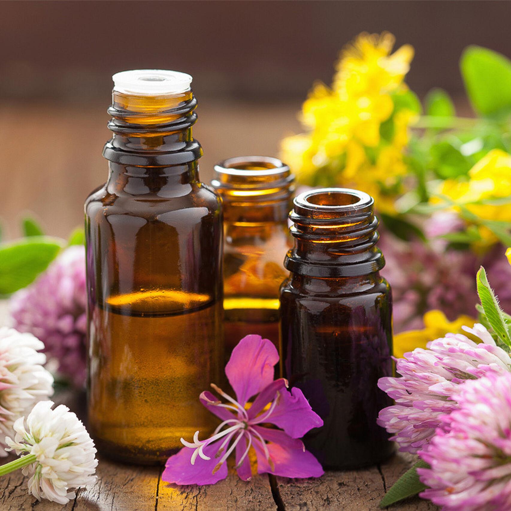 Frascos de aceites con flores