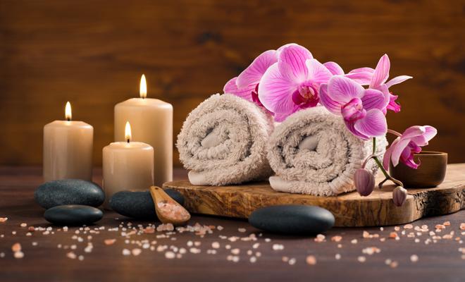 Toallas, velas, flores y piedras para el estrés.