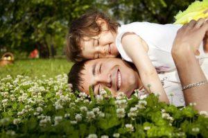 Papá e hija en el pasto
